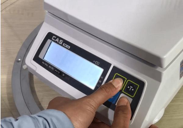 Hướng dẫn sử dụng cân điện tử cas - Thực hiện thao tác nhấn mở và giữ nút zero